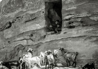 pastore nella grotta, Petra, Giordania