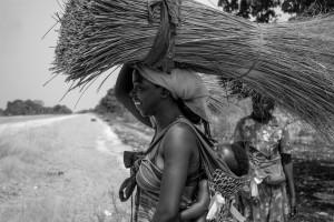 Sulla testa e sulla schiena, Regione del Caprivi, Namibia del Nord, Andrea Mazzella, Serie Nam 2009/04